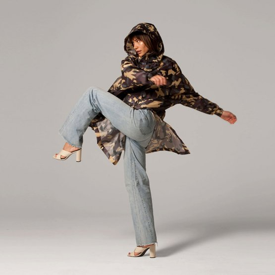 Regenmantel aus recyceltem Polyester mit Camo-Muster von Rainkiss
