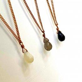 drei verschiedene kupferfarbene filigrane Ketten mit tropfenförmig facettiertem Kristallanhänger von Ruby on Tuesday handmade in Berlin