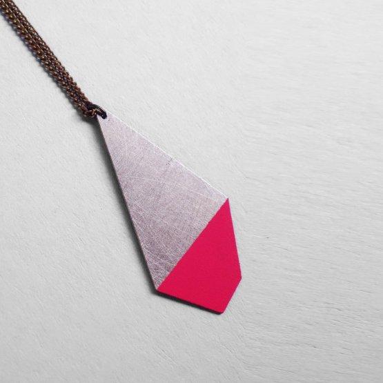 lange Kette mit halb lackiertem Polygon in Pink von Ruby on Tuesday