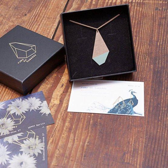 lange Kette mit halb lackiertem Polygon in Mint von Ruby on Tuesday
