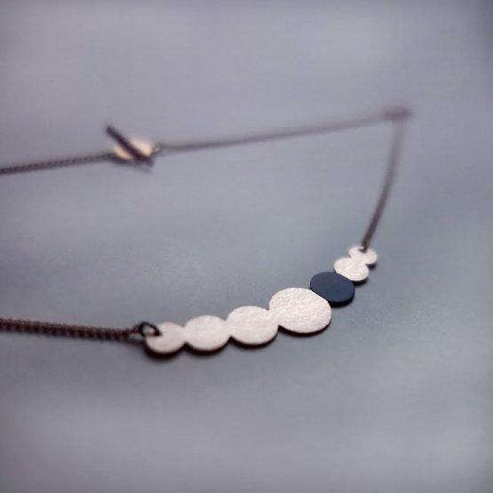 Collier Kette aus lackiertem Kupfer in Perlenform mit einem Schwarz lackierten Kreis