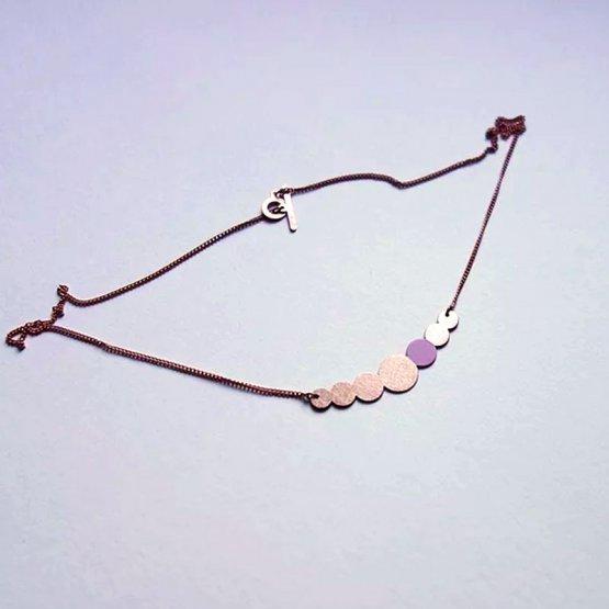 Collier Kette aus lackiertem Kupfer in Perlenform mit einem Rosa lackierten Kreis