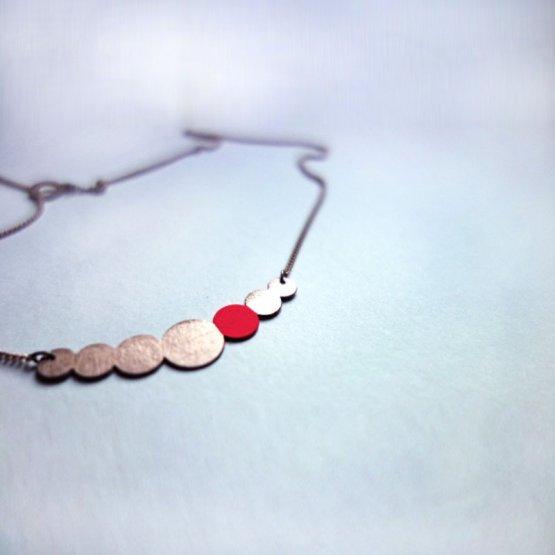 Collier Kette aus lackiertem Kupfer in Perlenform mit einem Pink lackierten Kreis