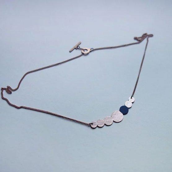 Collier Kette aus lackiertem Kupfer in Perlenform mit einem Marine lackierten Kreis