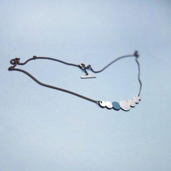Collier Kette aus lackiertem Kupfer in Perlenform mit einem Türkis lackierten Kreis