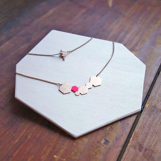 filigranes Collier von Ruby on Tuesday mit Hexagons von denen eines Pink lackiert ist