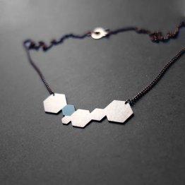 filigranes Collier von Ruby on Tuesday mit Hexagons von denen eines Mint lackiert ist