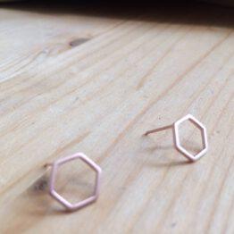 kleiner Ohrstecker in Hexagon Sechseck Form aus Roségold von Ruby on Tuesday aus Berlin