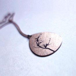 Kette aus Bronze mit tropfenförmigem Anhänger der mit einem Baum bedruckt ist