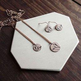 filigrane Ohrringe mit Magnolien Siebdrucka uf Kupfer mit passenden Ketten - beides von Ruby on Tuesday