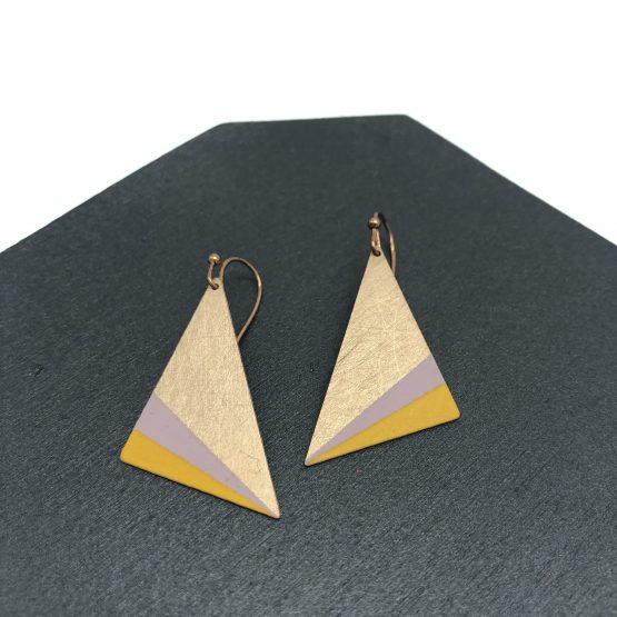 Geometrische Ohrringe von Ruby on Tuesday. Dreiecke in verschiedenen Farbkombinationen