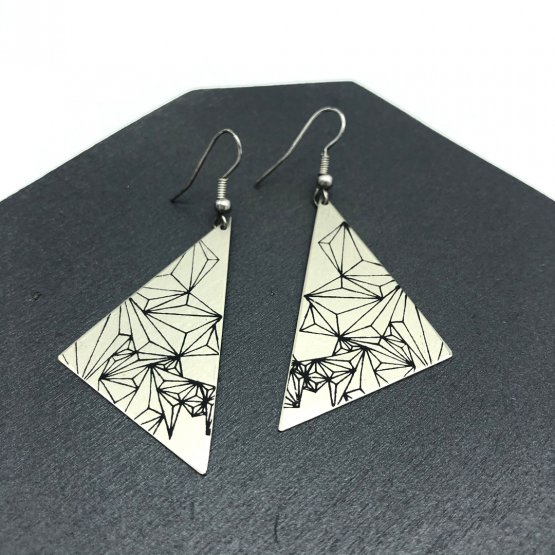 Geometrischer Siebdruck auf silbernen Ohrringen