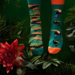 """Tropical Heat"" tropsiche Socken mit Papageien von Many Mornings"